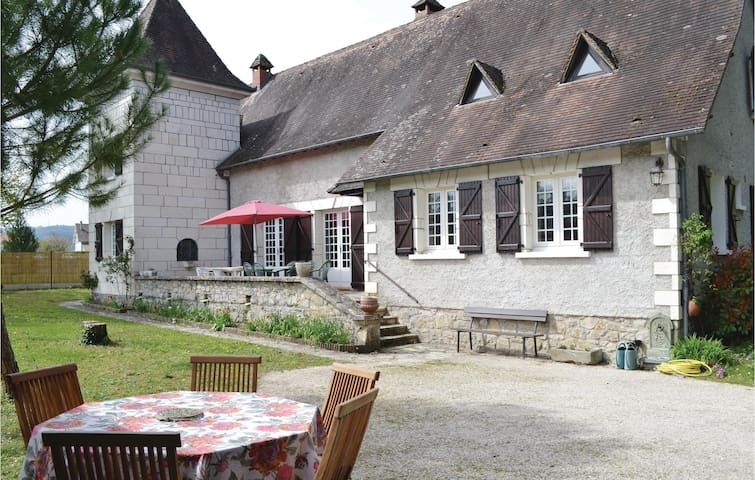 Holiday cottage with 6 bedrooms on 190m² in Lachapelle-Auzac