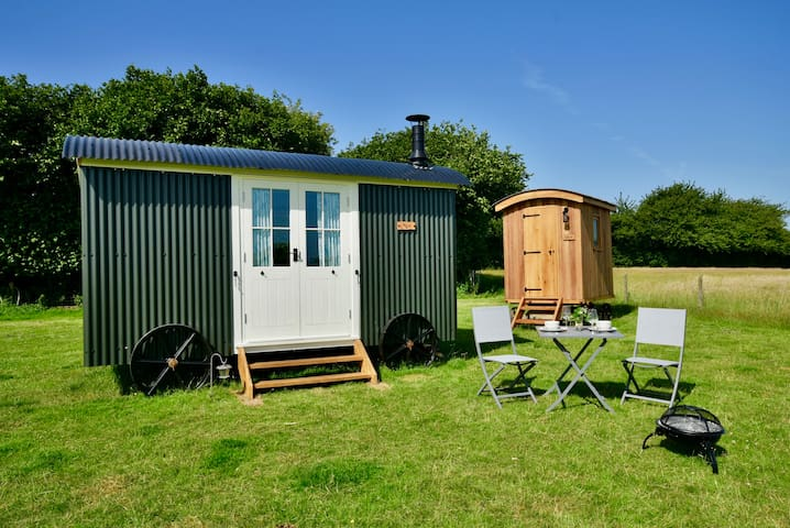 Cozy, Off Grid, Luxurious Shepherds Hut, over 18's