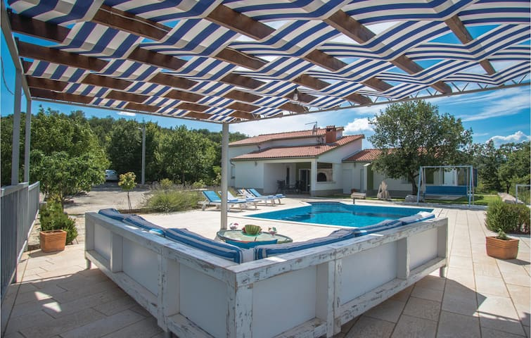 Holiday cottage with 4 bedrooms on 251 m²