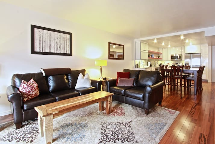 Walk to Town Lift! 2BD on Main-Pool,Parking,Wifi