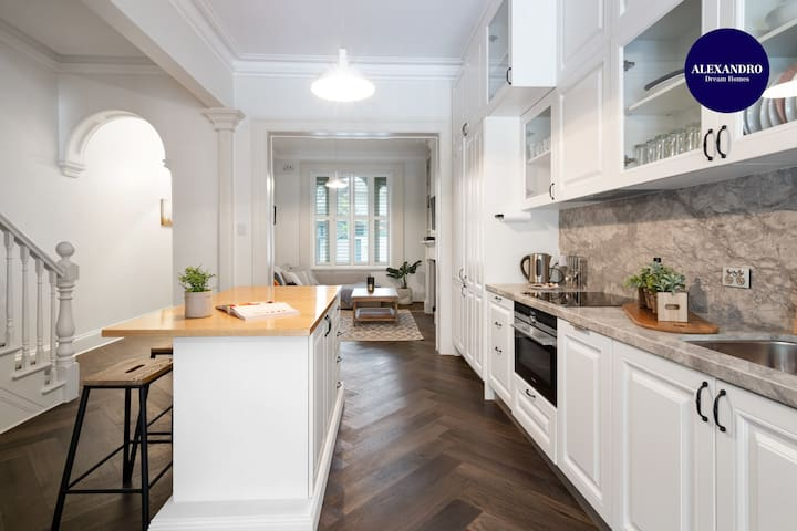 LUXE SURRY HILLS // 4 BEDROOMS // PERFECT LOCATION