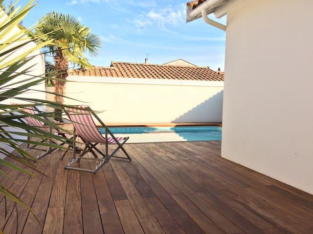 Maisonnette avec piscine jardin houses for rent in le for Piscine du bouscat