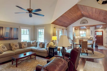 Charming cottage w/ big deck - close to the beach, golf & tennis
