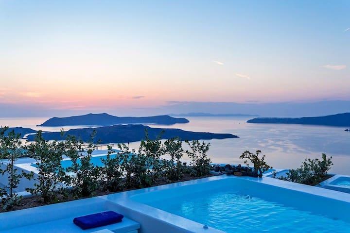 R 316 Premiere Suite Santorini with Heated Private Pool, Aegean Sea views Incl Breakfast