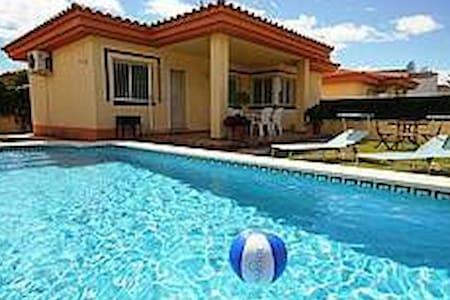 Chalet en la playa con piscina - Casa