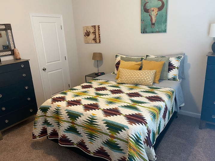 Santa Fe Room (Queen bed, private bath)