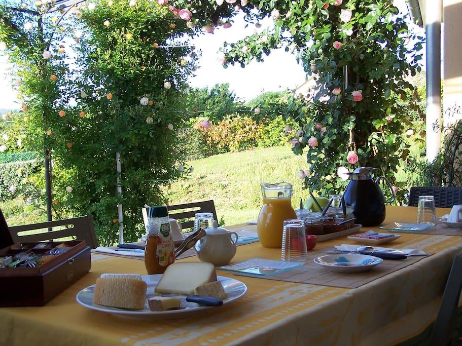 """""""Aux 4 Saisons"""" Gîte 3* Petit déjeuner sur terrasse"""