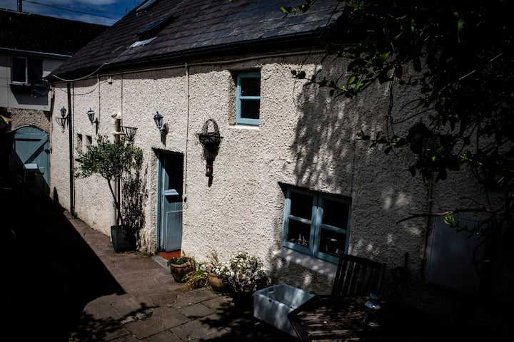 Quirky, cosy town cottage w woodburner, nr beach.
