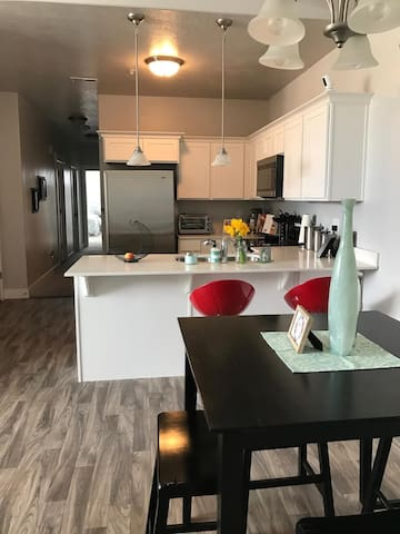 $89/nt NEW apartment sleeps 6! Splash pad/Pool! - Vineyard - Leilighet