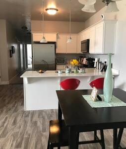 $100/nt NEW apartment sleeps 6! Splash pad/Pool - Vineyard - 公寓