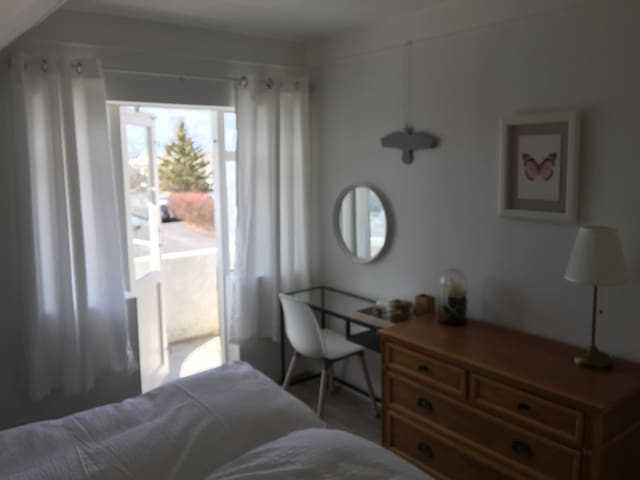 "Cozy ""Grey Raven Room"" great location free parking - Reykjavík - Apartament"