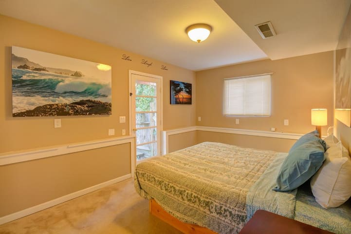 *Private 1/2 bath a KING sized bed 5 min to beach