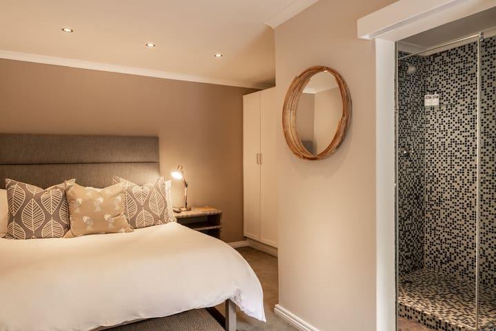 Antrim Villa - Double Room 7 (Pool Facing)