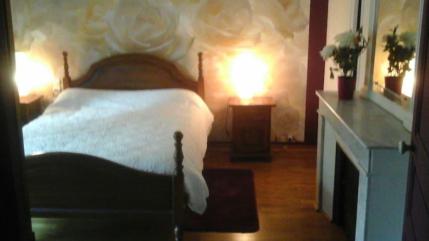 """Chambre """"roses"""": 1 lit 2 personnes 140 cm"""