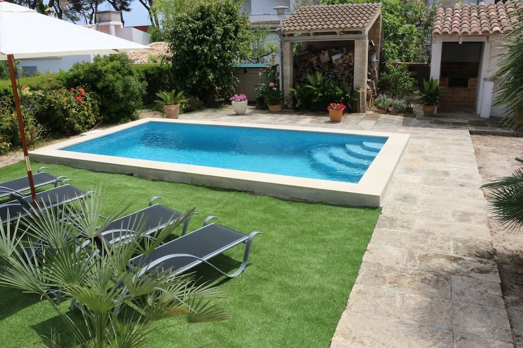 Beach close holiday house for 8 people plus babies, 4 Double bedrooms, 2 bathrooms, pool, garden with barbecue, air conditioning, gratis Wifi-internet, Platja de Muro.