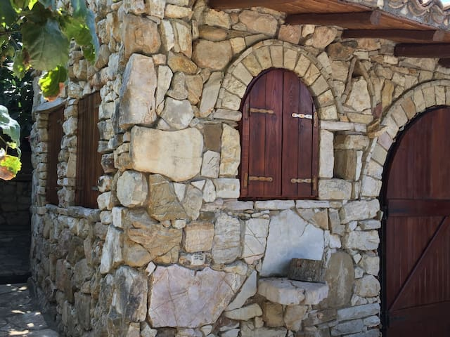 Wall made of uncut, rough stone