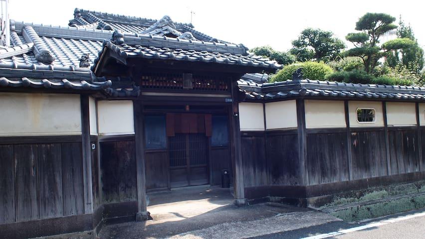 築80年の邸宅をリノベーションしてゲストハウスにしています。 - Wakayama - Hus