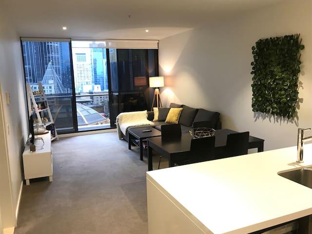 Spacious 1 bedroom apartment in Melbourne CBD