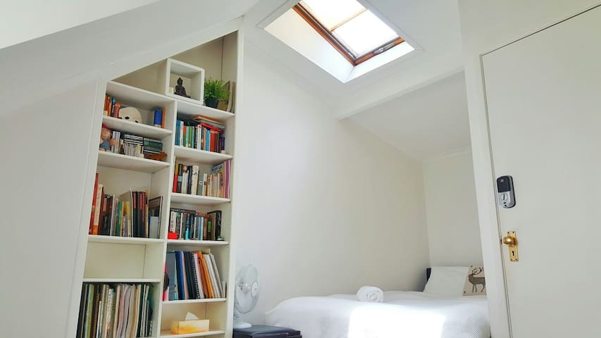 Attic Room - Fig Tree House - Woolloomooloo - House