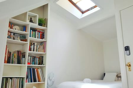 Attic Room - Fig Tree House - Woolloomooloo - Haus