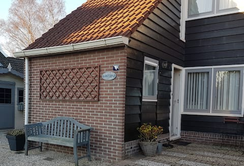 Cozy cottage, 15 minutes to Amsterdam by bus!