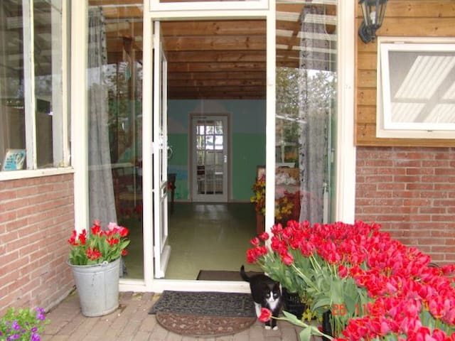 Specious,Friendly,Cozy with veranda, nearby bus - Leimuiden - Casa particular