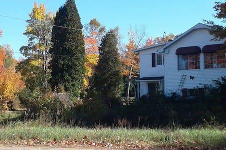 Jolie petite maison avec vue sur lac - Shawinigan - 独立屋