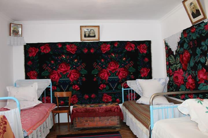Спальня дома в гагаузском национальном стиле - 3 кровати