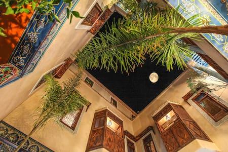 Chambre bleu luxe dans  beau Riad puchka Marrakech - Bed & Breakfast