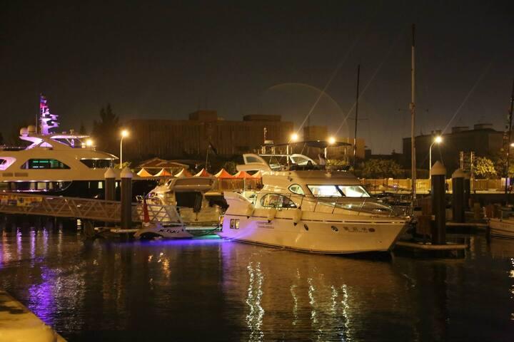 台南市安平遊艇港, 58呎豪華遊艇,開放船宿體驗。 三對夫妻、情侶 或小家庭。 謝絕12歲以下兒童