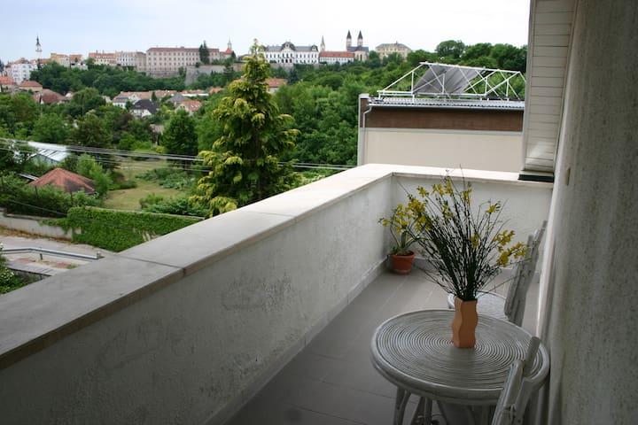 Várpanorámás apartman erkéllyel, kis kerttel