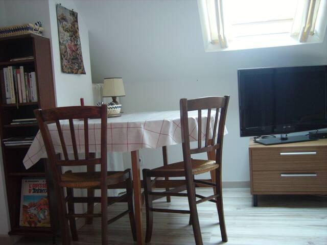 coin repas, meuble à tiroirs pour rangement.