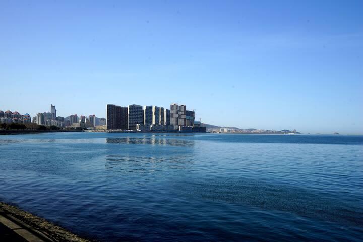 威海公园里,幸福门旁,威海湾畔,远眺刘公岛,一线海景公寓,临海凭风枕着海浪声入睡,潮起潮落春暖花开