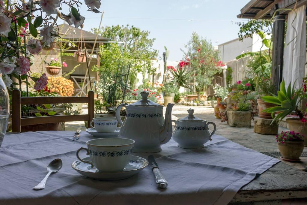Gli ospiti potranno fare colazione comodamente seduti all'esterno, godendo della tranquillità del giardino.