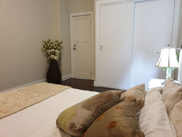LARGE DOUBLE BEDROOM, CLOSE TO CITY, SHOPS,VU,BUS