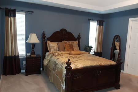Peaceful Master Suite with Private Bathroom Rm 2