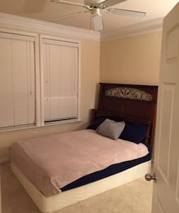 Private room and bath w/ large closet in Buckhead - Atlanta - Huoneisto