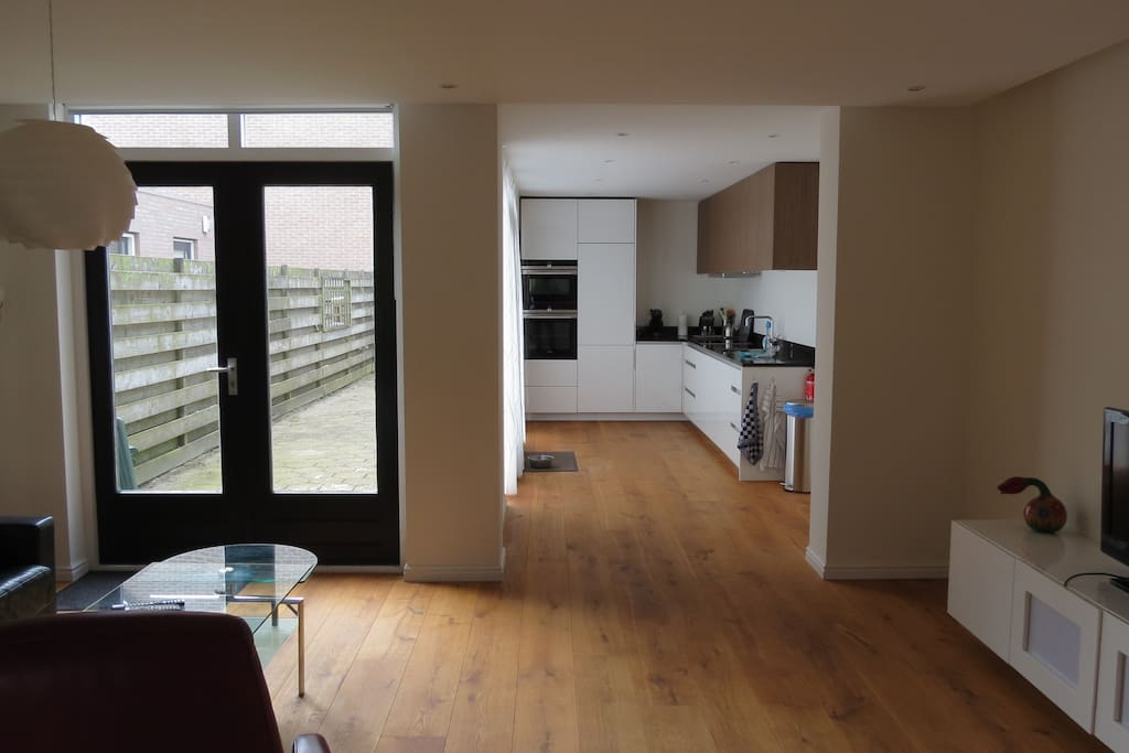 Living room with view in the bright and modern kitchen fully equiped