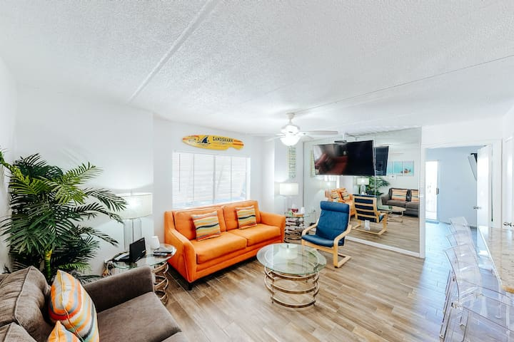 Gulf front, dog-friendly condo with shared pool & free WiFi - snowbirds welcome!