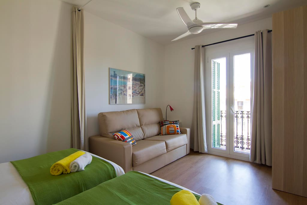 Bedroom with two twin beds, sofa bed and balcony
