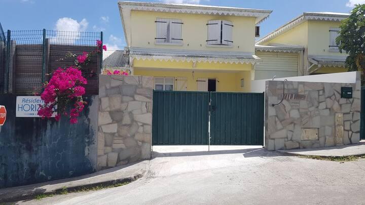 Chambre dans Villa avec piscine commune de DUCOS
