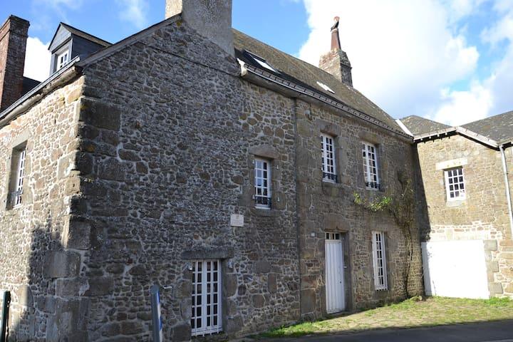 Ancienne maison de famille jardin .wifi
