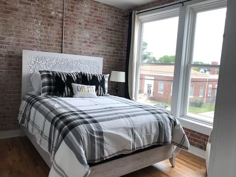 Historic Meets Modern Apartment-Black & White Ste