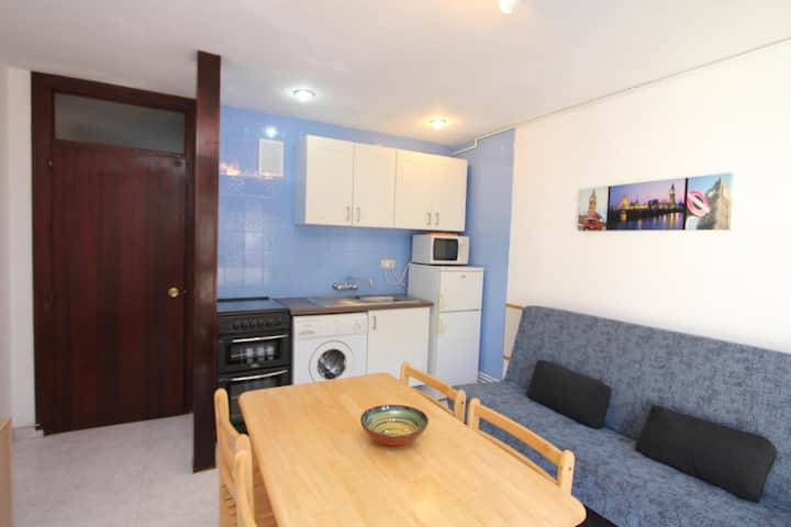 Apartment Bond, street view, 2/4 people, Very close to the sea