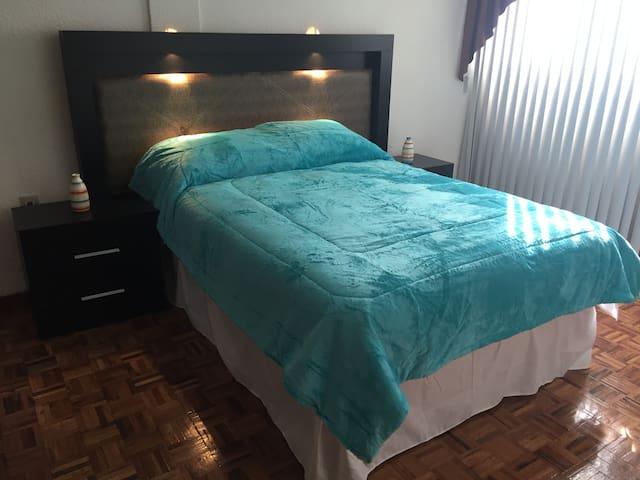 Recámara principal con cama KS