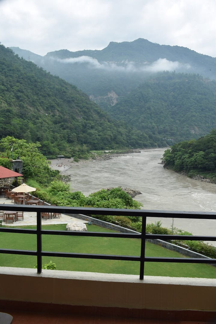 Amazing view overlooking Himalayas Ganga 2BHK ,L/R