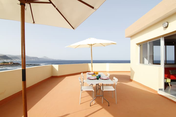 DESIGN BEACHFRONT PENTHOUSE W/ PANORAMIC TERRACE - El Puertillo - Huoneisto