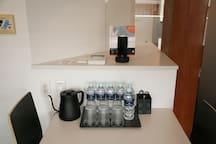 お部屋にはミネラルウォーター(無料)6本がございますので、どうぞご利用ください。/ There are 6 bottles of mineral water (free) in the room. / 객실에는 미네랄워터(무료) 6병을 준비해두었으므로 자유롭게 드시기 바랍니다. /各房間附有6罐免費礦泉水
