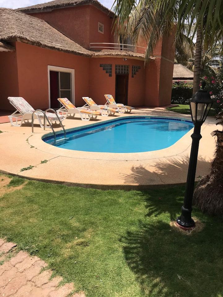Splendide villa avec piscine et plage privée.