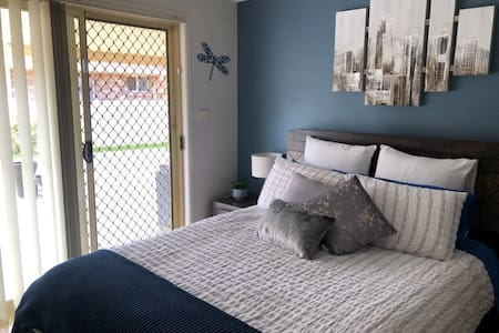 Private room, ensuite and living area in Tamworth